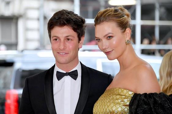 Supermodel Karlie Kloss in Joshua Kushner uradno še nista potrdila nosečnosti, toda vir blizu manekenki je razkril, da se otroka zelo veselita.