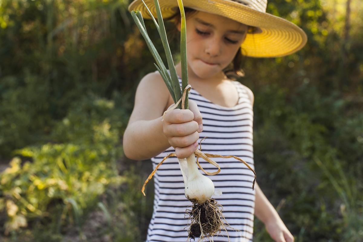 Otrok na vrtu